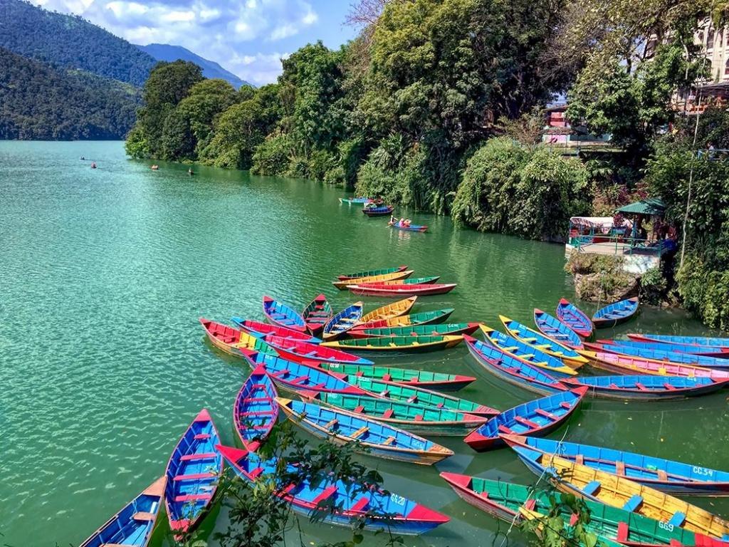Красочные деревянные лодки на озере Пхева в Покхаре