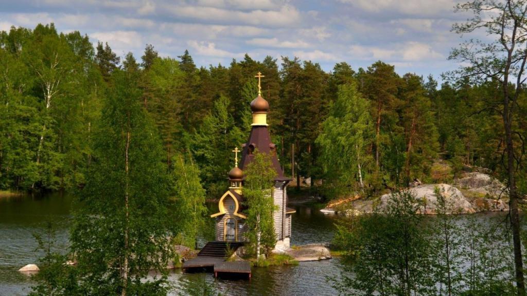 Маленькая церковь на островке Невского озера.