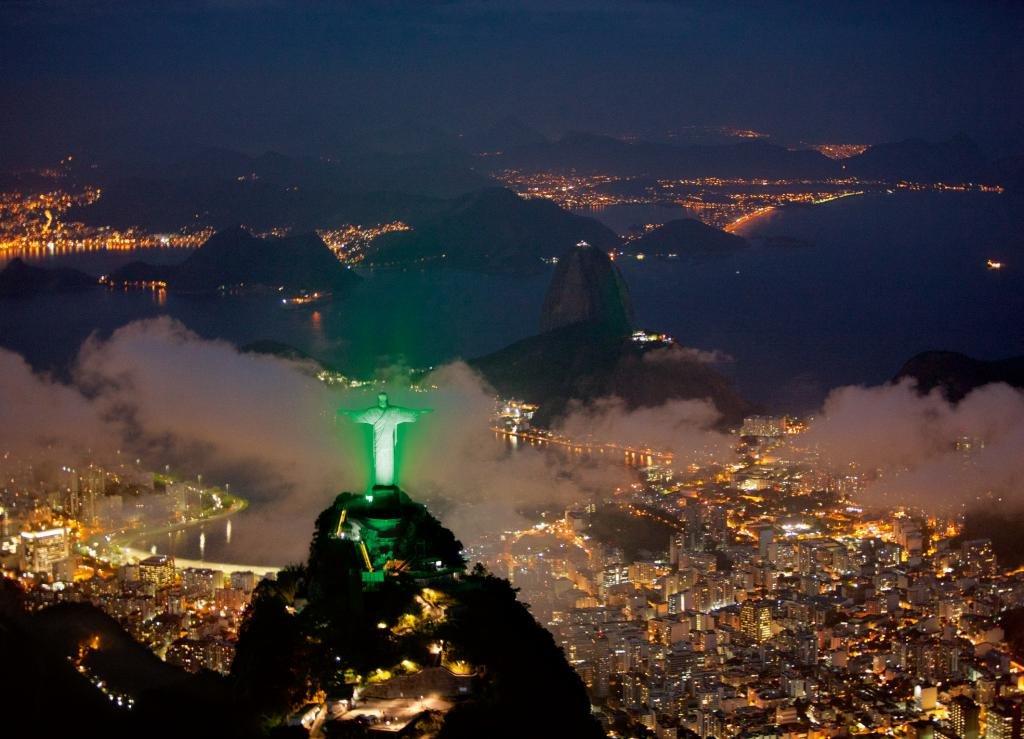 ночная подсветка статуи