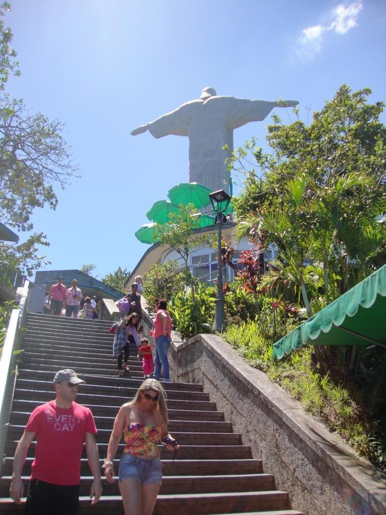 туристы идут к статуе