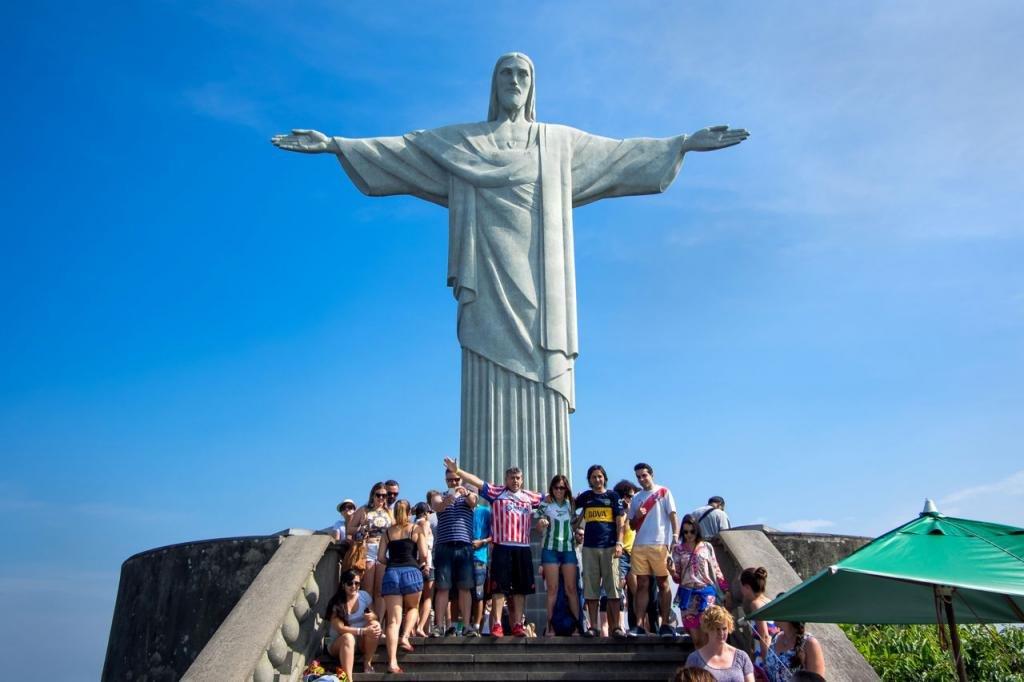 статуя Христа обнимает людей