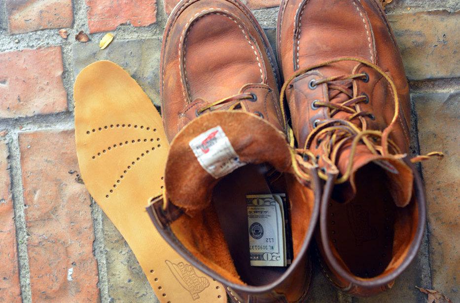 деньги в обуви