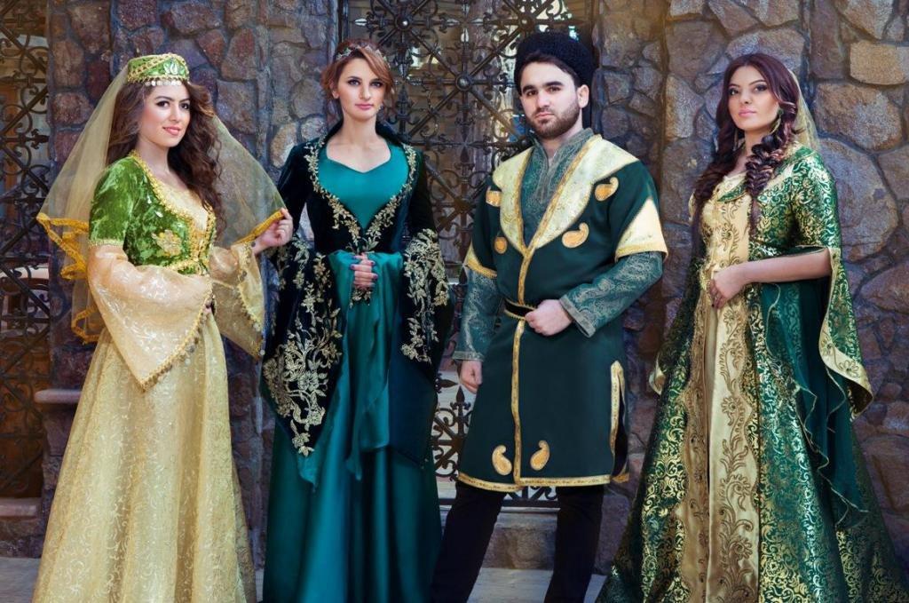 Азербайджанцы в традиционных костюмах.