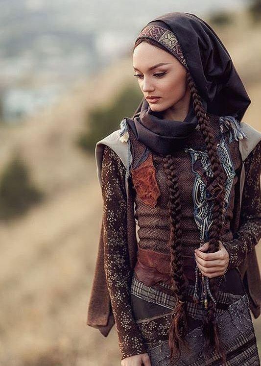 Азербайджанка в традиционном костюме.