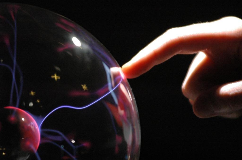 Палец касается энергетического шара