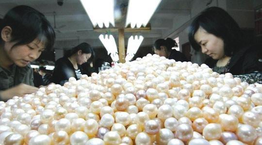 китаянки обрабатывают жемчуг