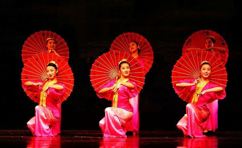 китаянки с зонтиками