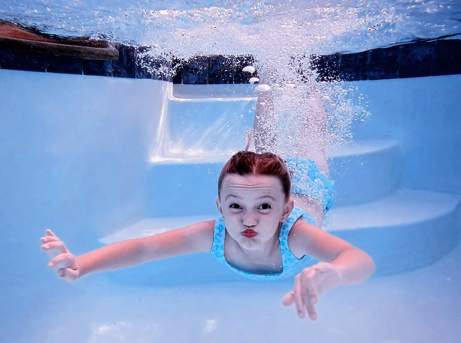 Маленькая девочка под водой