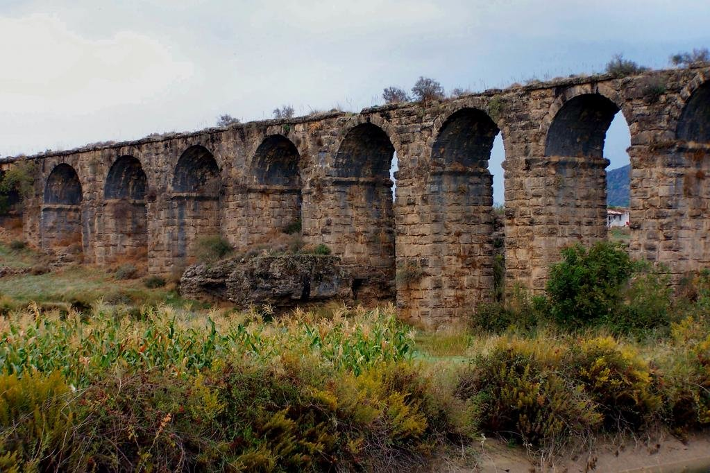 Акведук, оставшийся от римлян