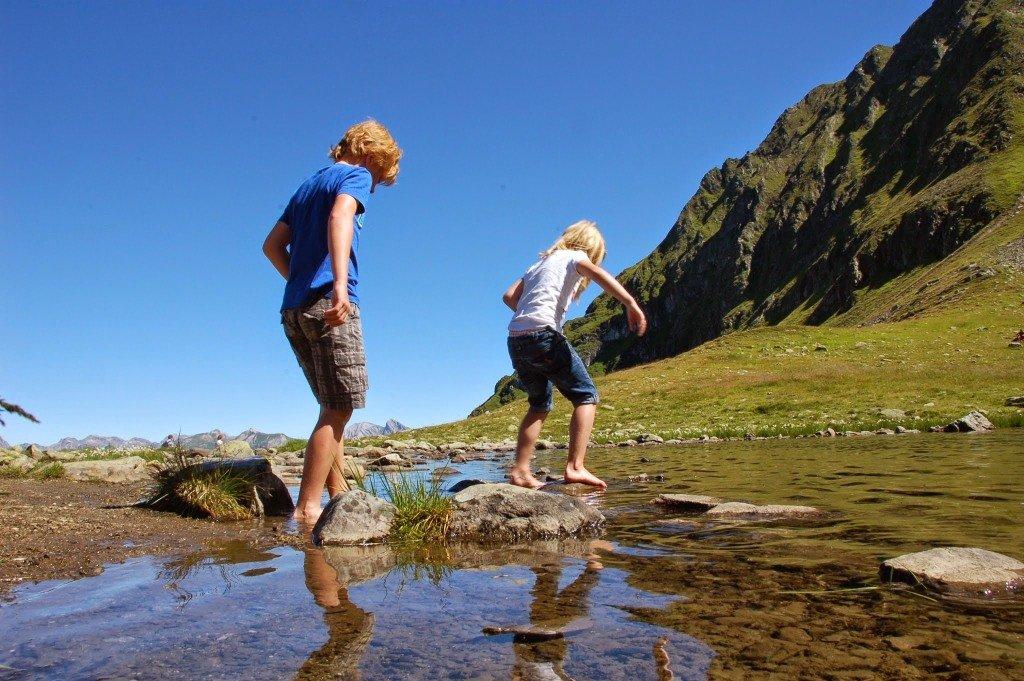 Дети переходят реку