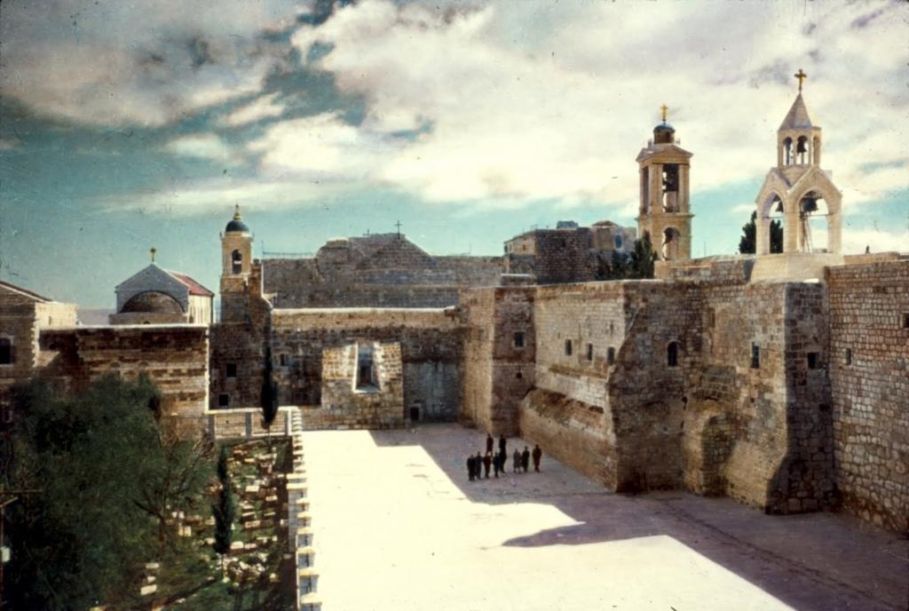 Окружение базилики.