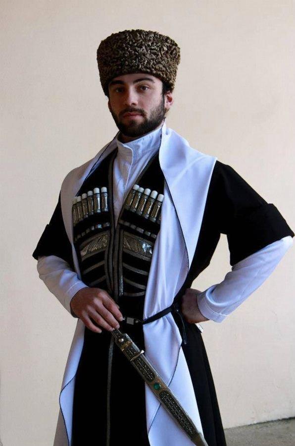 мужчина в национальном грузинском костюме