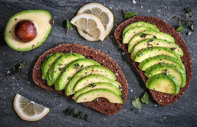 Авокадо на ломтике хлеба