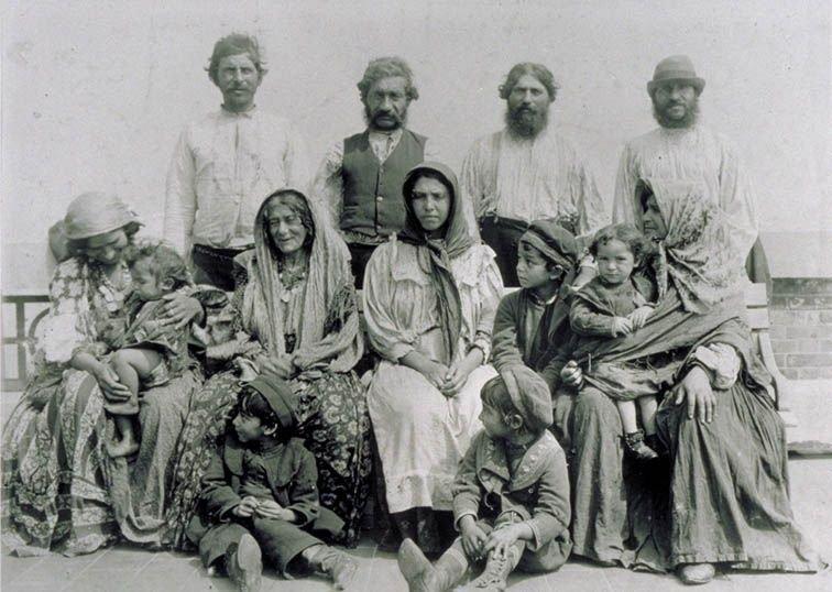 Цыганская семья начала 20 века