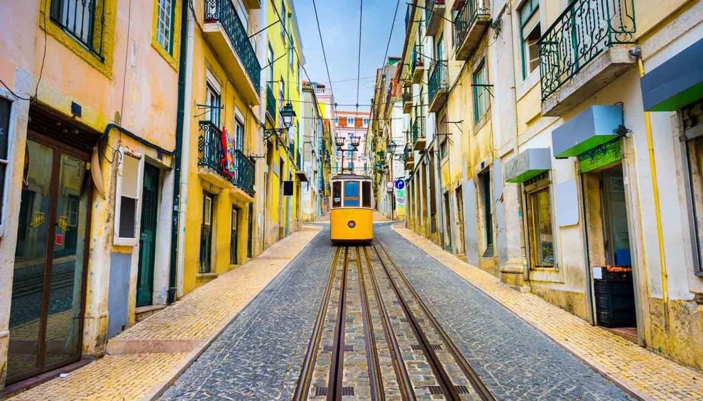 Желтый Португальский трамвайчик