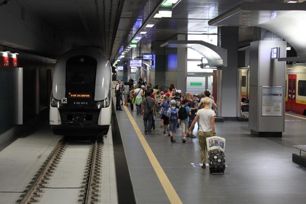 туристы идут на поезд