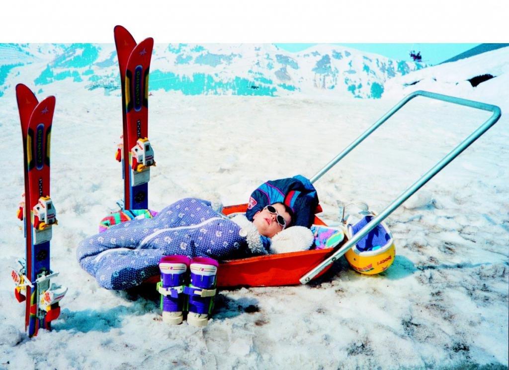 ребенок возле лыж