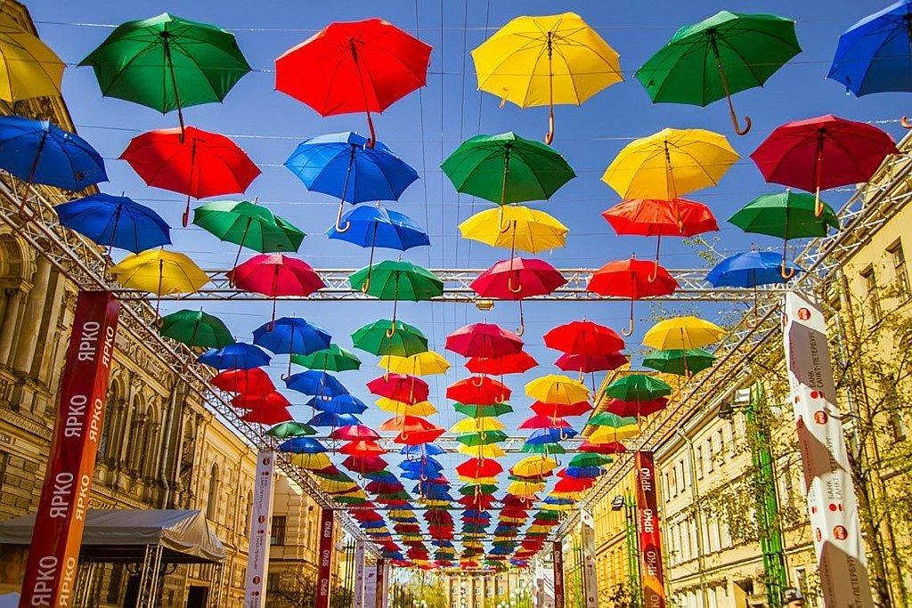 Аллея парящих зонтиков в СПб